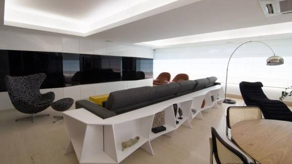 teto rebaixado de gesso mesa branca sofá poltrona cinza