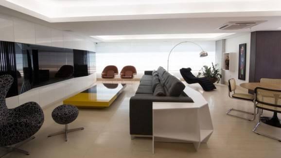 teto rebaixado de gesso sofá cinza balcão branco