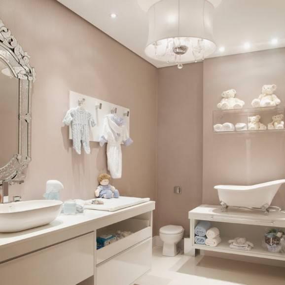 banheiro do bebê bege lustre ursos