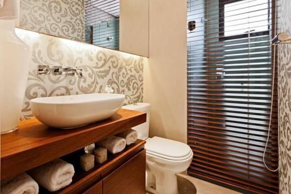 como usar papel de parede no banheiro