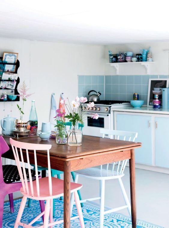 Cozinha com cadeiras coloridas reformadas