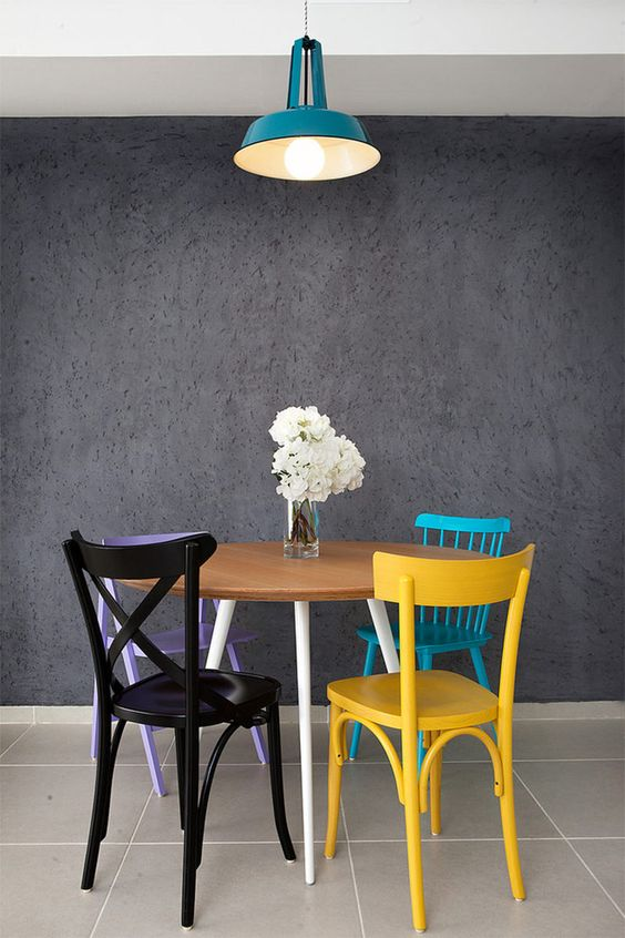 Mesa de jantar redonda com reforma de cadeira colorida
