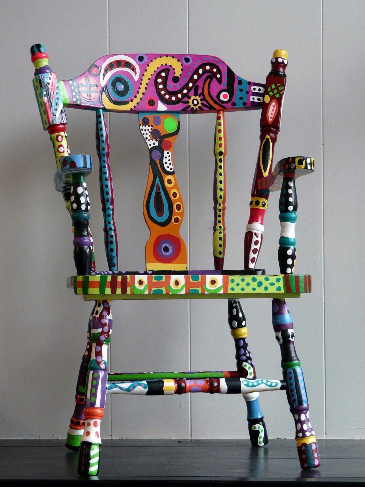 Reforma de cadeira antiga com cores vibrantes