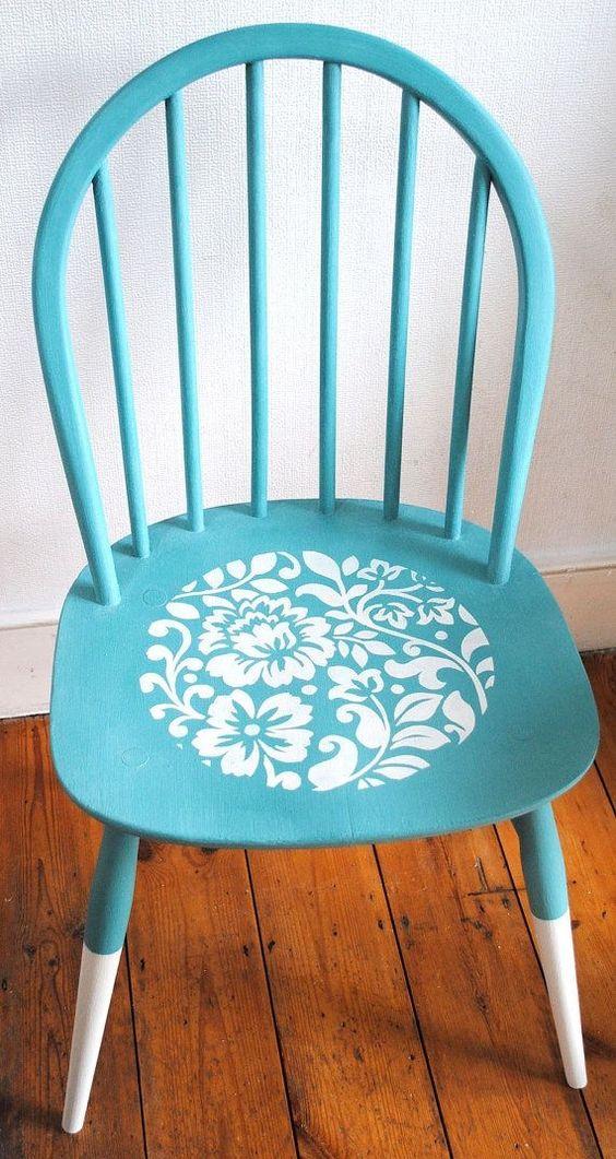 Reforma de cadeira antiga em azul e branco