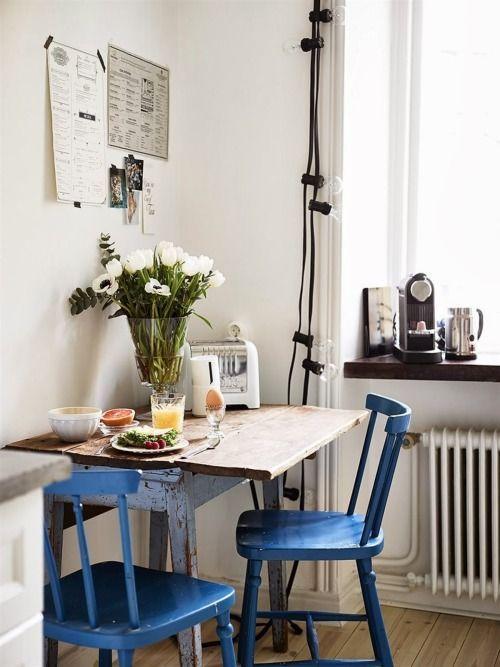 Reforma de cadeira azul com mesa rustica