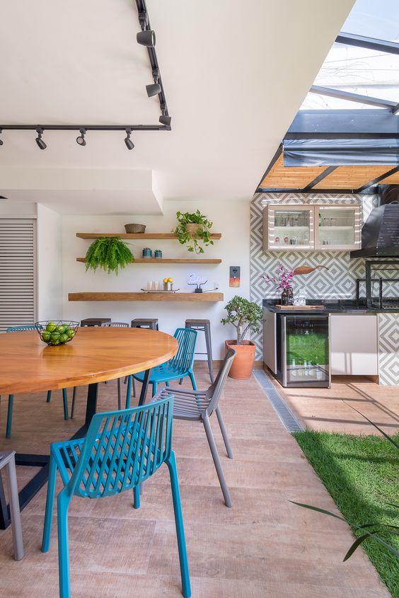 Reforma de cadeira azul para cozinha