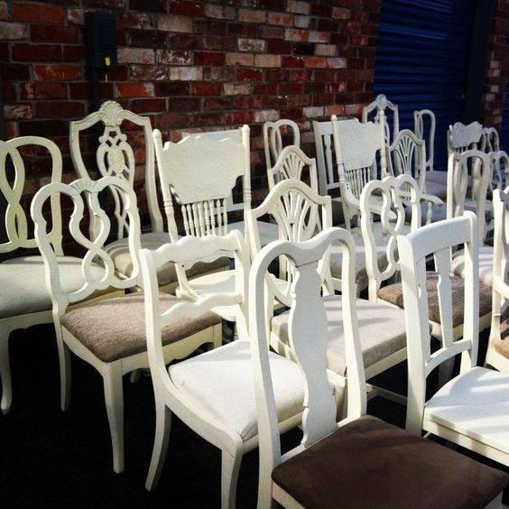 Reforma de cadeira branca de madeira