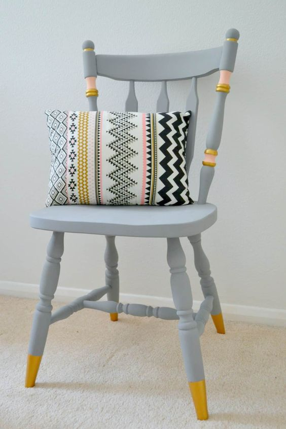 Reforma de cadeira cinza e dourado