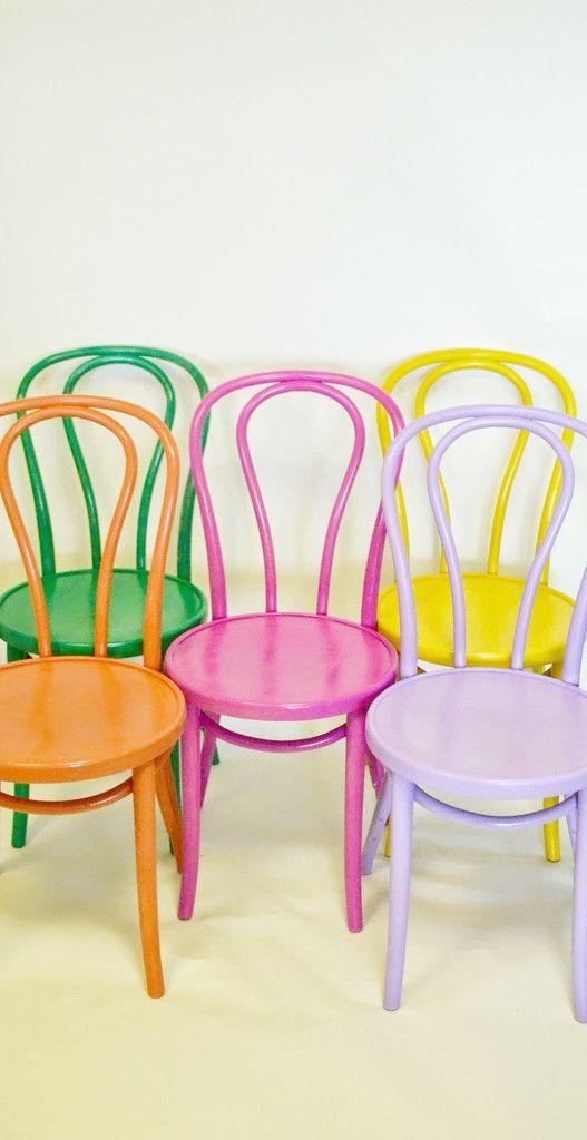 Reforma de cadeira colorida e alegre
