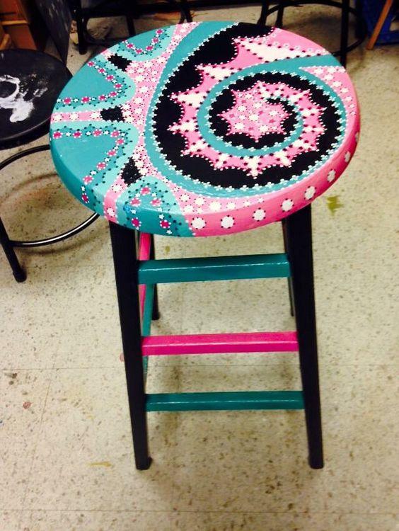 Reforma de cadeira colorida e bancos