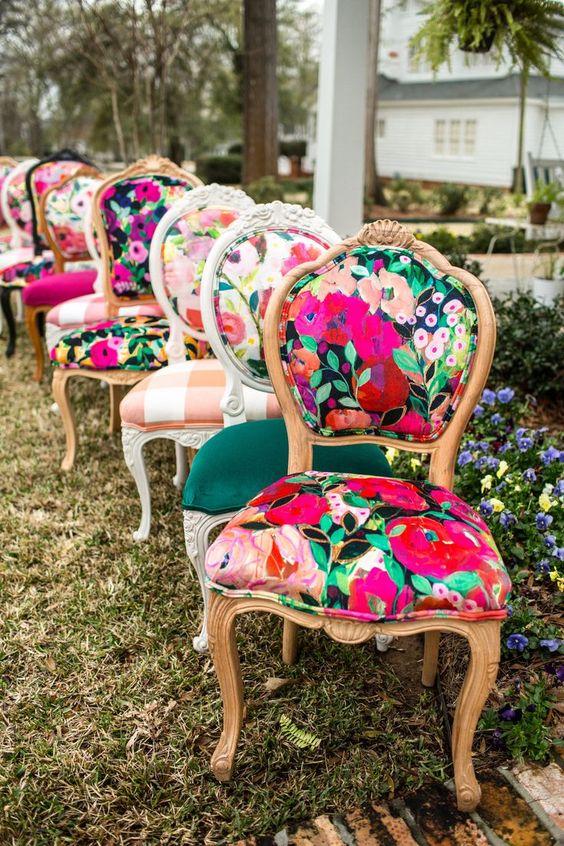 Reforma de cadeira colorida e estampada