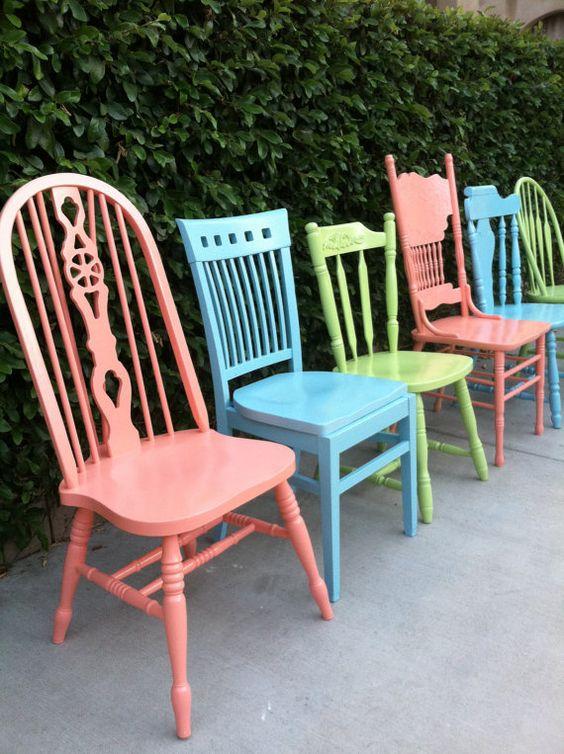 Reforma de cadeira colorida em tons pasteis