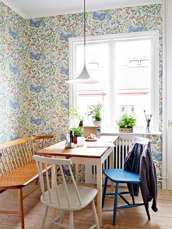 Reforma de cadeira colorida para mesa de jantar