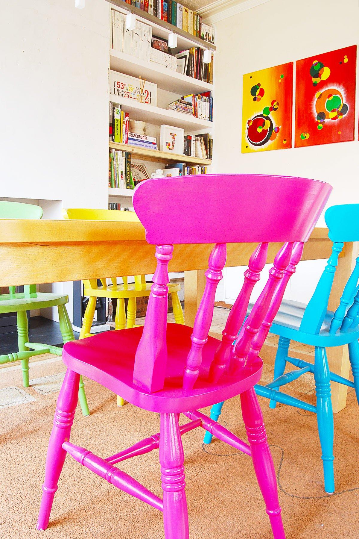 Reforma de cadeira colorida para mesa de jantar de madeira