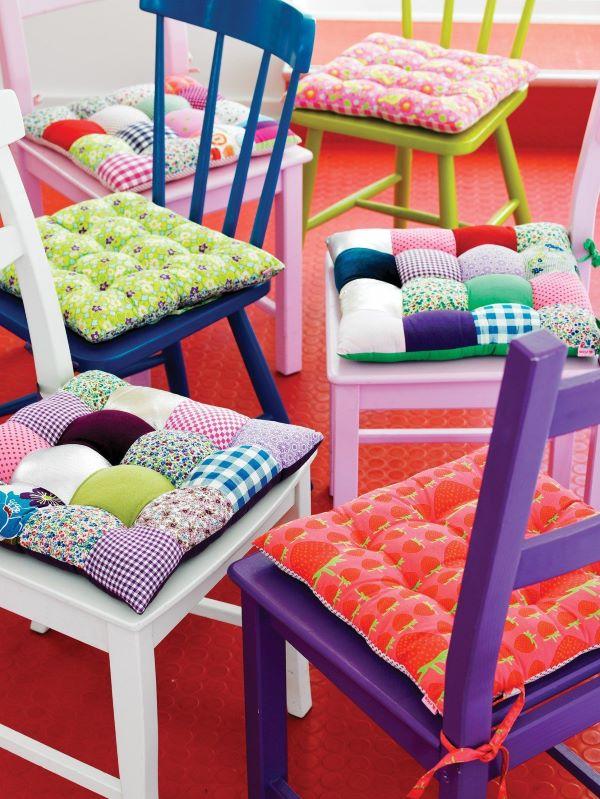 Reforma de cadeira coloridas com estofado de almofada