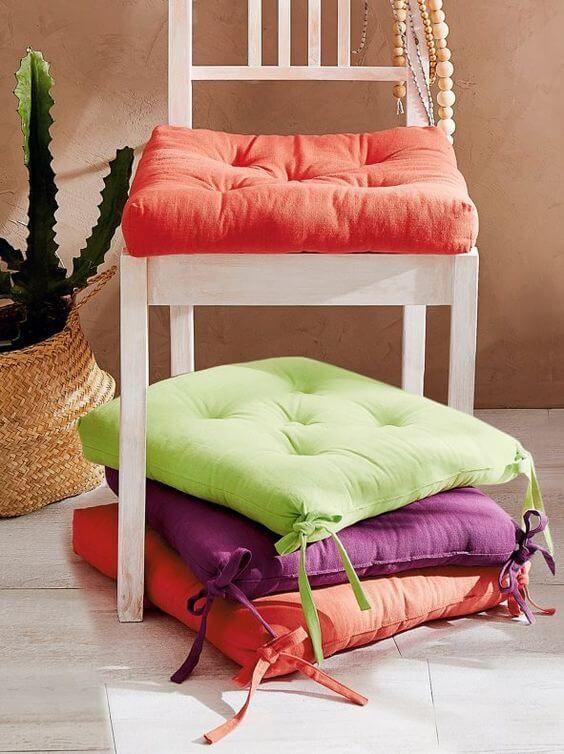 Reforma de cadeira com almofada colorida
