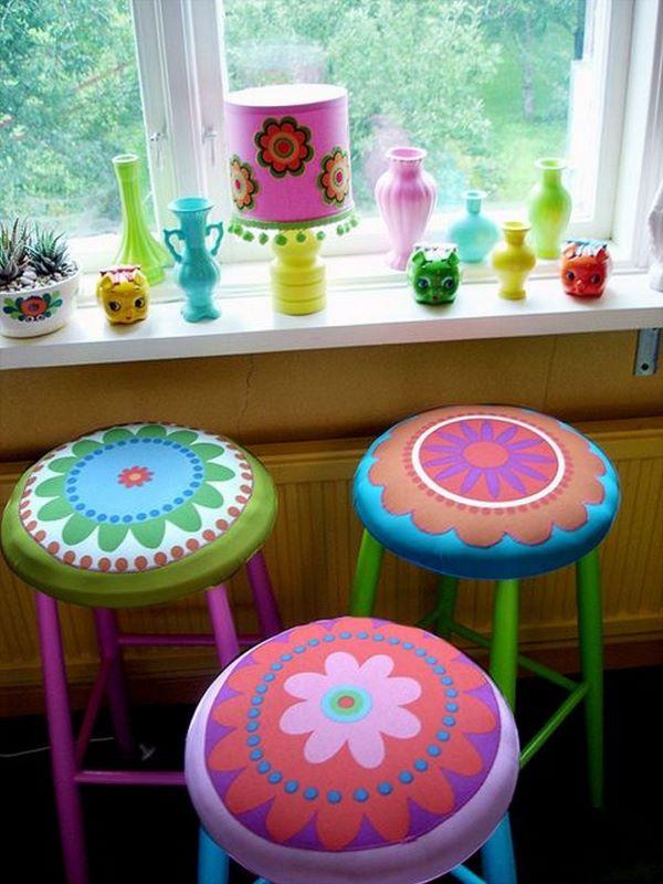 Reforma de cadeira com banco colorido desenhado