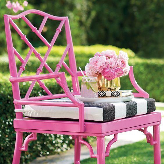 Reforma de cadeira rosa branca e preta