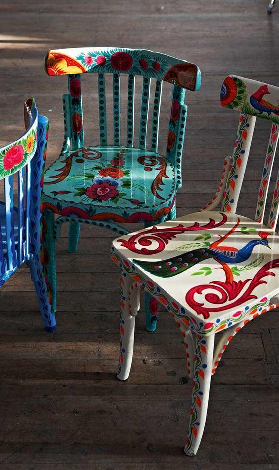 Reforma de cadeiras coloridas para sala