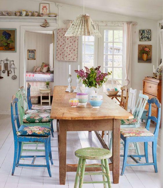 Sala de jantar com cadeira azul e estampada