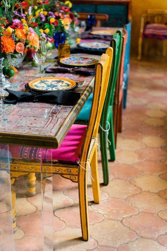 Sala de jantar com cadeiras reformadas e coloridas