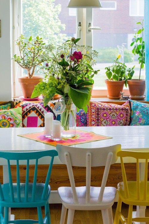 Sala de jantar com reforma de cadeiras coloridas e diferentes