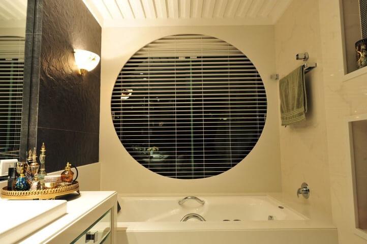 Sala de banho com grades para janelas Projeto de Anna e Anderson
