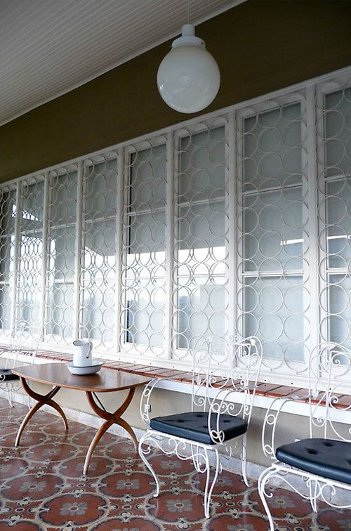 Grades para janela branca em formato redondo