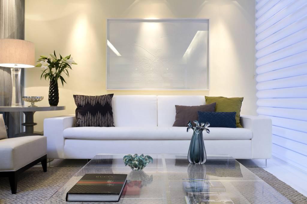 Mostra Artefacto sala sofá branco clean