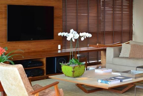 sala de estar em madeira decoração para daltônicos