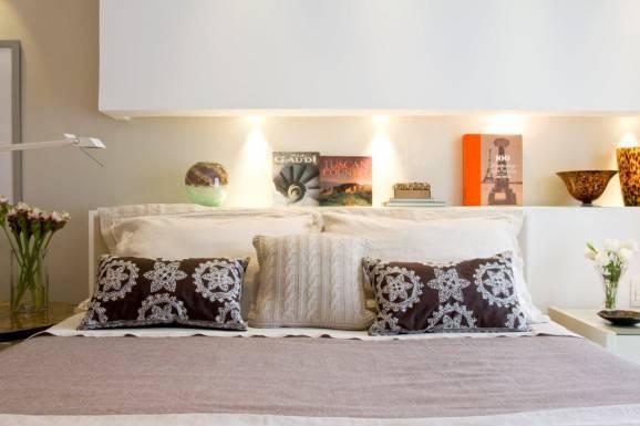 Decoração para quarto de casal almofadas iluminação embutida cama