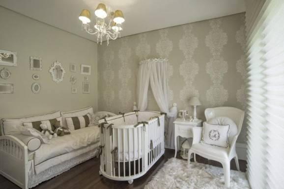 Quarto de bebê decorado em estilo clássico