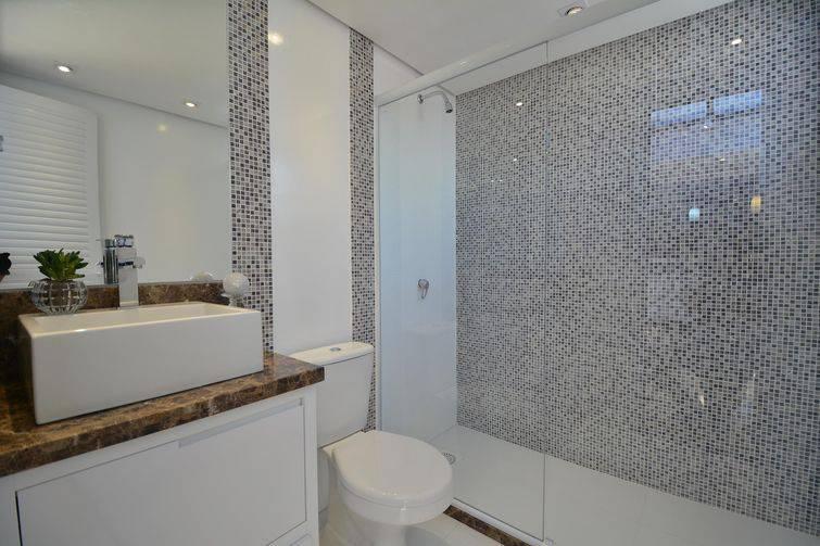piso para banheiro de porcelanato e parede de pastilhas