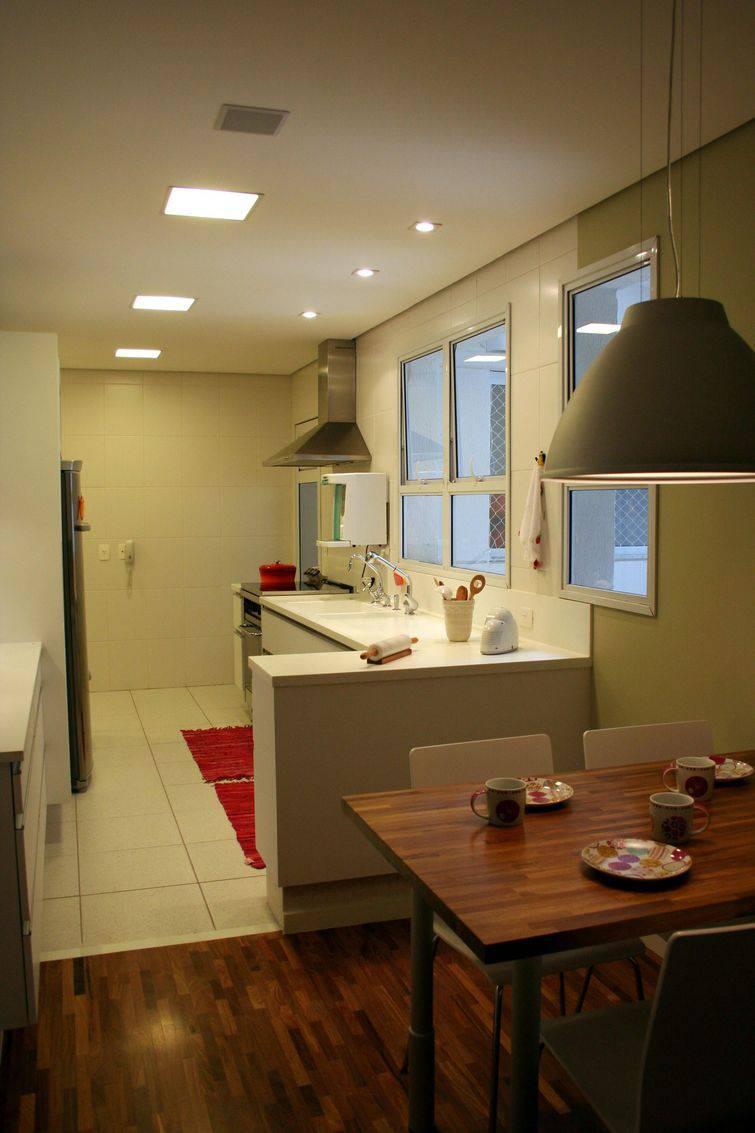 3260-cozinha americana clean com coifa e tapetes vermelhos -cris-paola-viva-decora