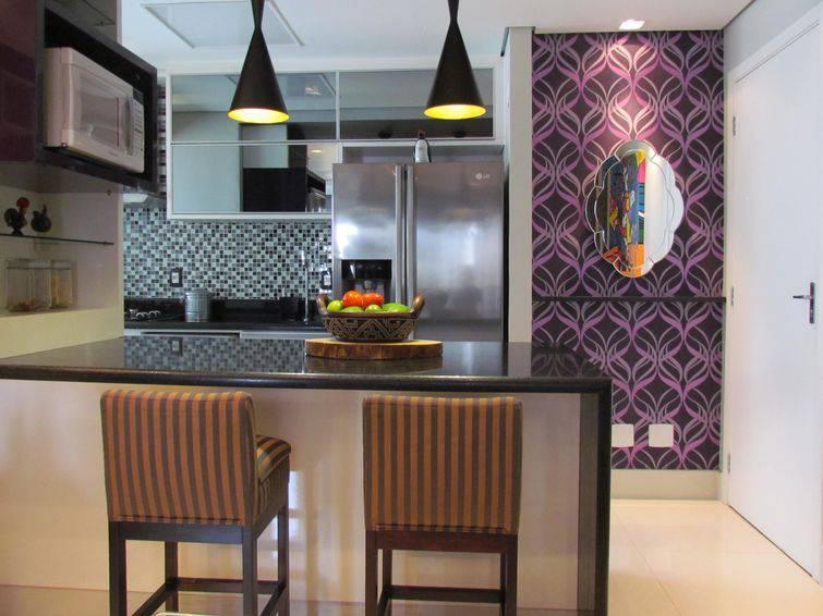 5442-cozinha americana com balcão de marmore e papel de parede