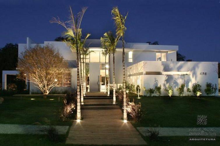 fachadas de casas com plantas na frente
