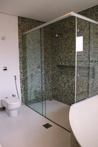 Banheiro com revestimento de pastilha no box
