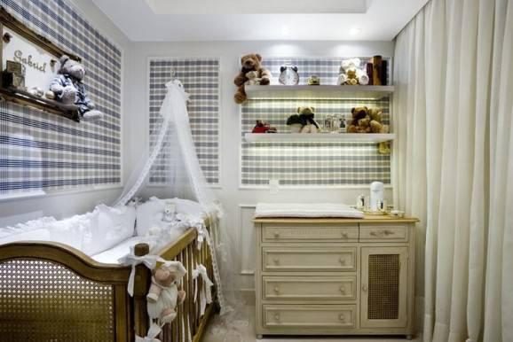 quarto de bebê decorado com papel xadrez