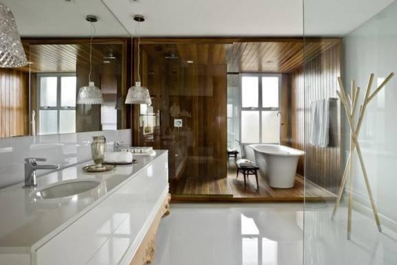 piso para banheiro porcelanato e madeira num mesmo ambiente