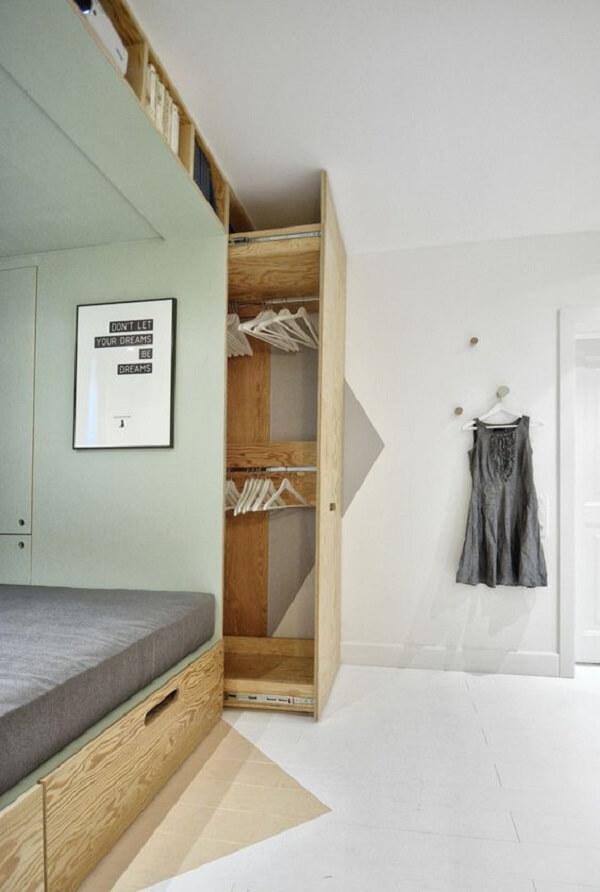 Guarda roupa planejado embutido com a cama