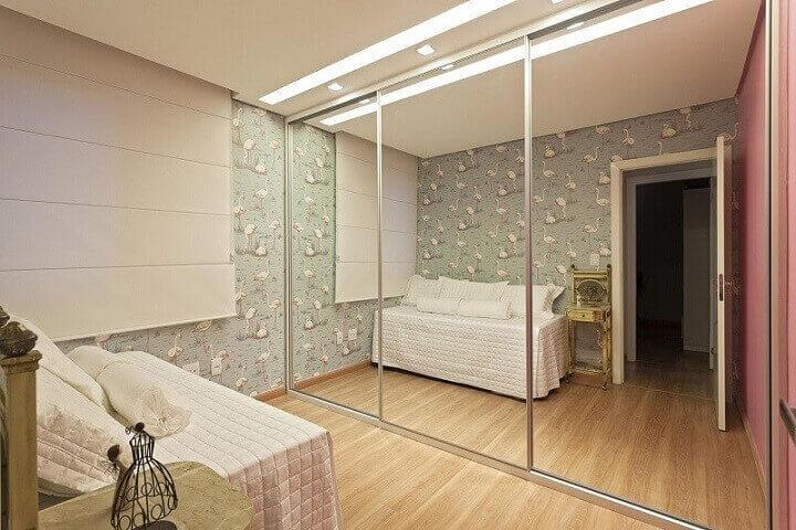 Guarda-roupa planejado espelhado em quarto de menina Projeto de Amis Arquitetura e Design