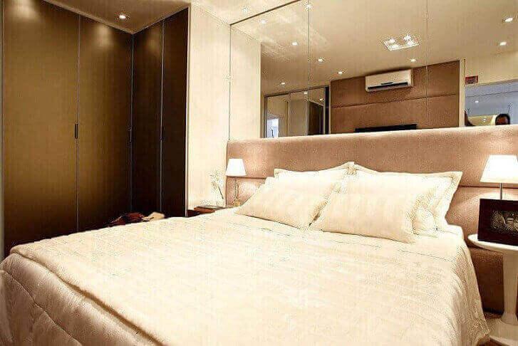 Guarda-roupa planejado para quarto de casal com cabeceira espelhada Projeto de Marel
