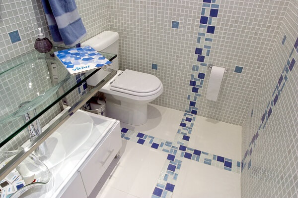Piso para banheiro cerâmico com detalhes