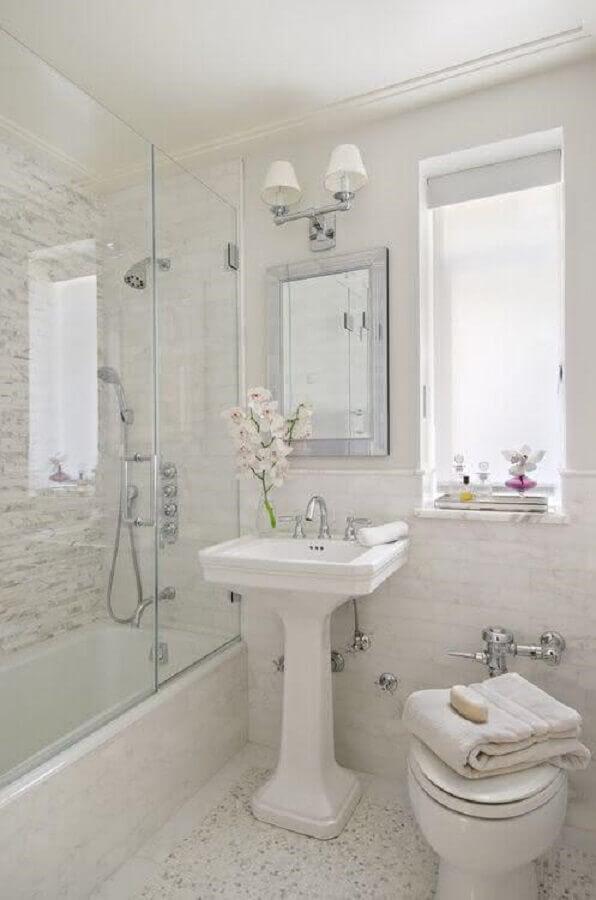 banheiros pequenos decorados com estilo clássico Foto Pinterest
