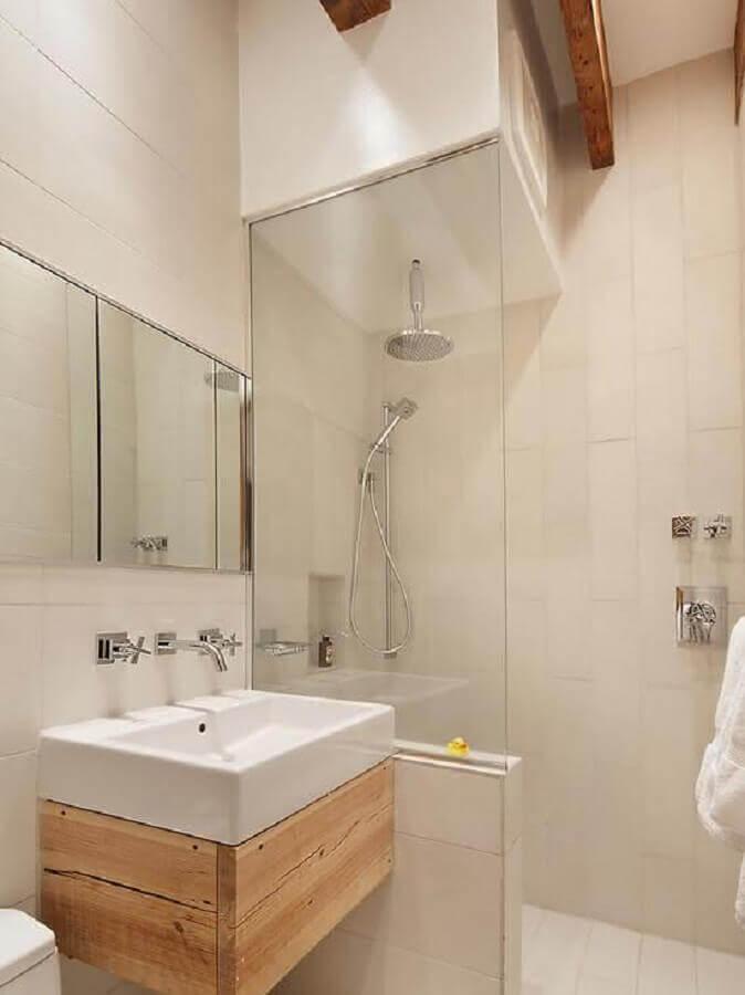 banheiros pequenos decorados com pequeno armário de madeira Foto Aaron Guides