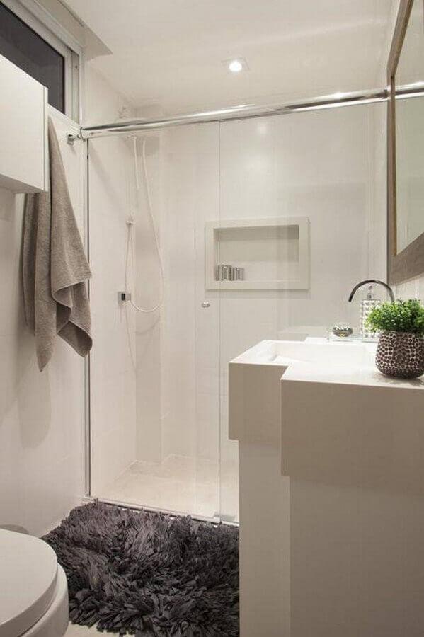 banheiros pequenos decorados com tapete felpudo cinza Foto Sartori Design