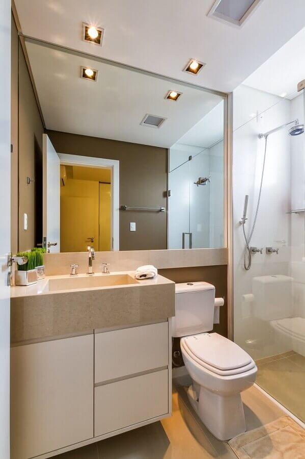 banheiros pequenos decorados em tons neutros com espelho grande Foto Dicas Arquitetura