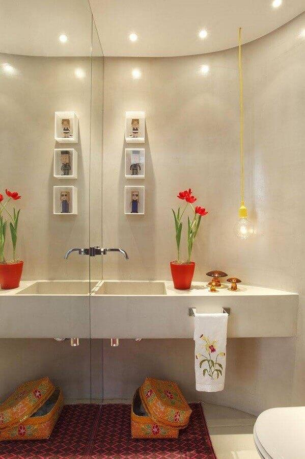 banheiros pequenos e modernos decorados com parede espelhada e luminária pendente minimalista Foto Viva Decora