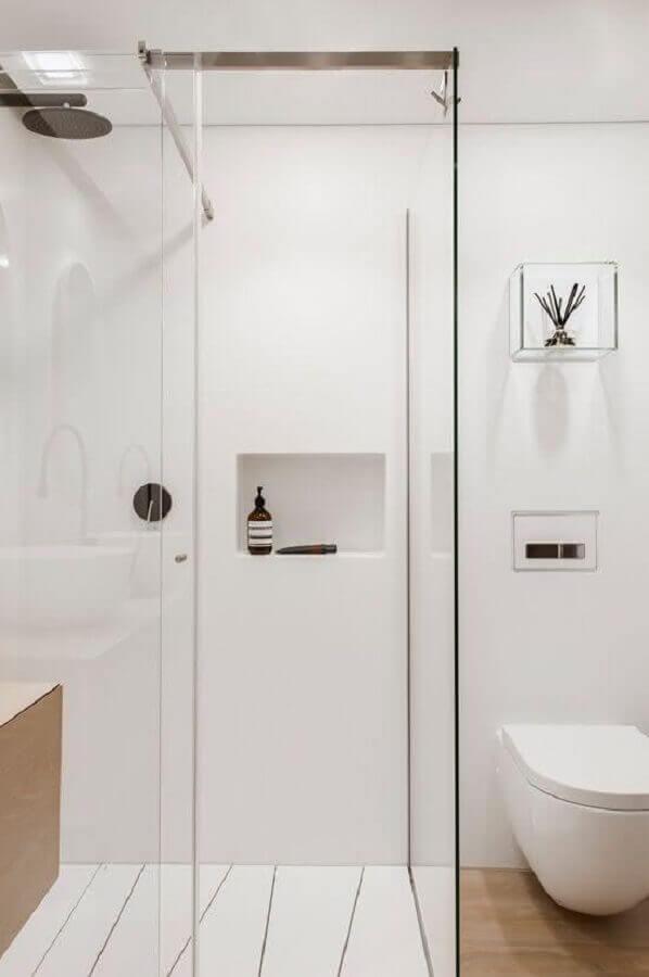 decoração clean para banheiro pequeno com piso de madeira e nicho de vidro Foto Hogares Frescos