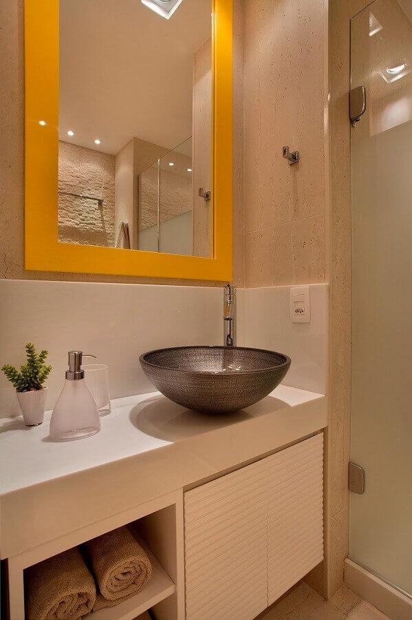 decoração de banheiro pequeno com cuba de metal e espelho com moldura amarela Foto Achados de Decoração